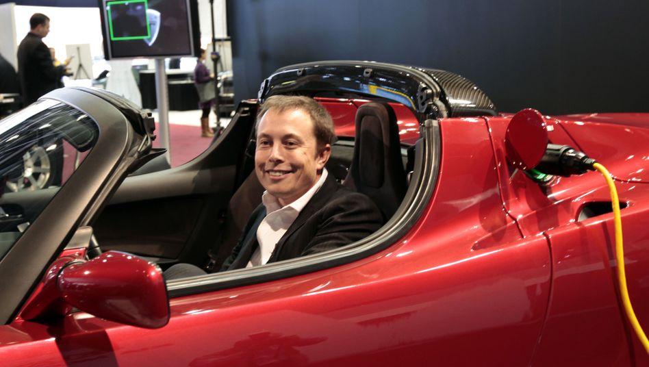 Elon Musk in einem Tesla Roadster (Archivfoto)
