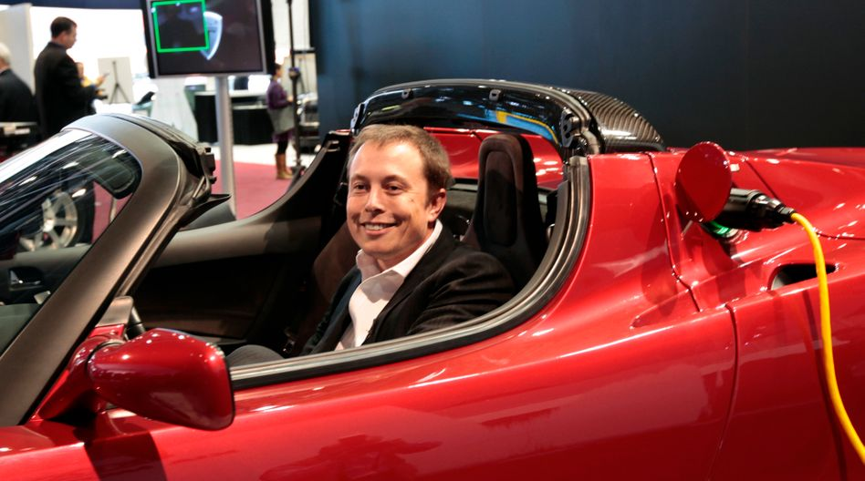 Tesla-Chef Elon Musk in einem Tesla Roadster