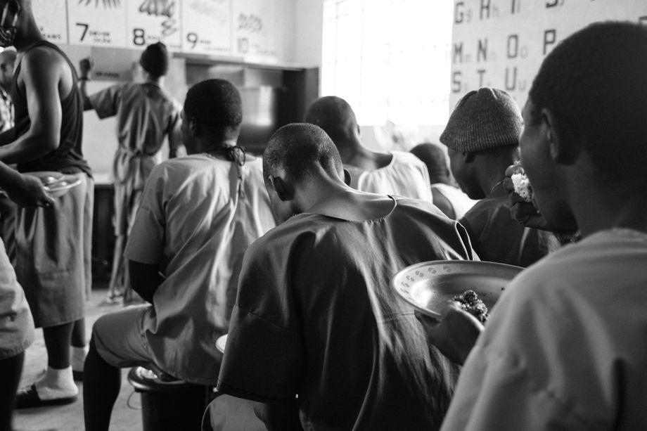 Die Salesianer Don Boscos kümmern sich gezielt um die Kranken und Schwachen im Gefängnis. Unter anderem erhalten die Häftlinge von ihnen eine zusätzliche Mahlzeit.
