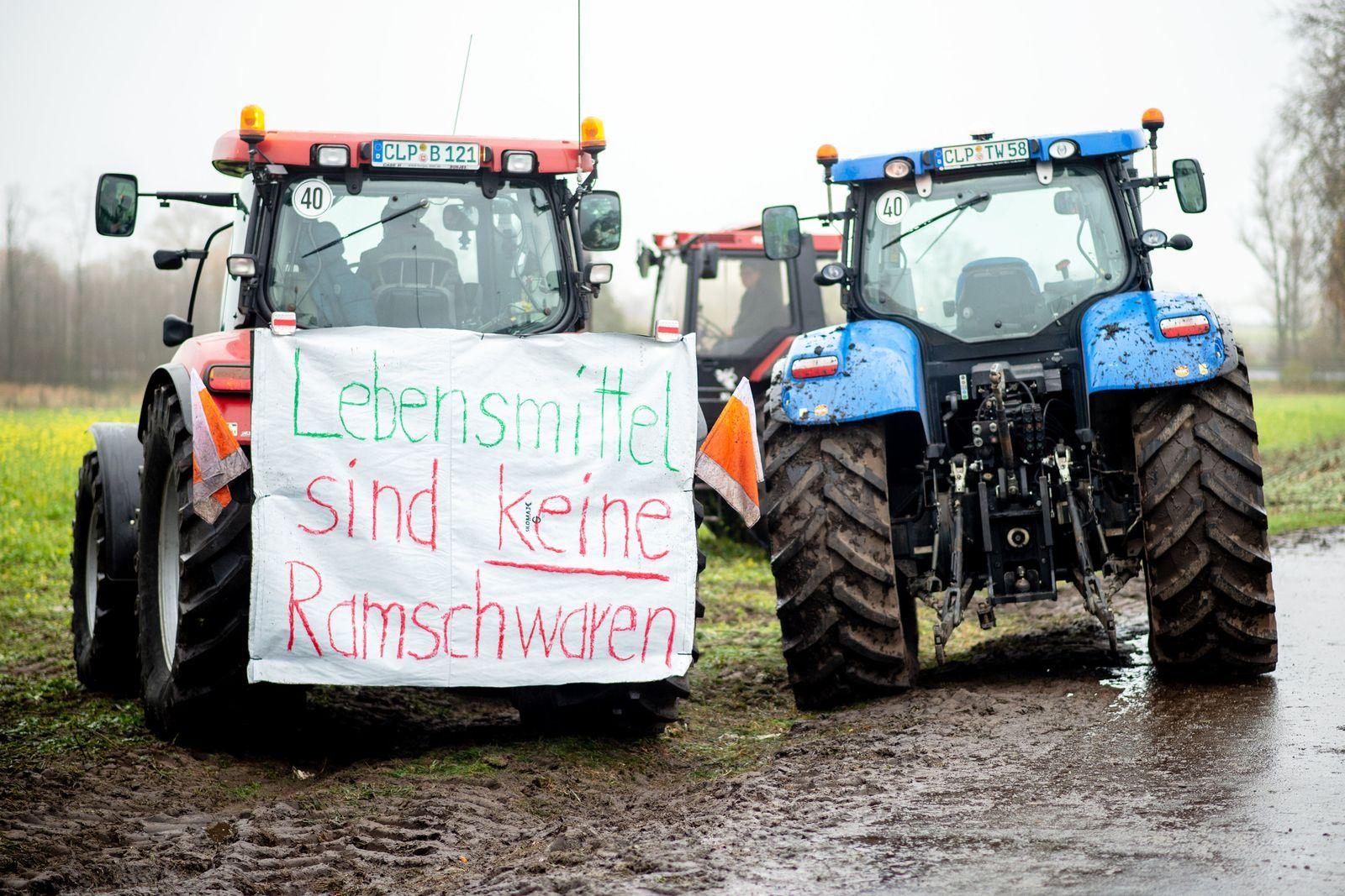 Landwirte blockieren Zentrallager von Lidl in Cloppenburg