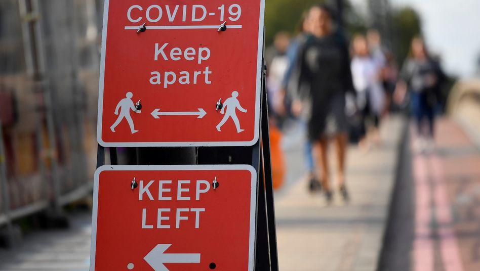 Ein Schild in London mahnt zum Abstandhalten, doch das reichte nicht aus: In England gilt ab Donnerstag ein vierwöchiger Shutdown