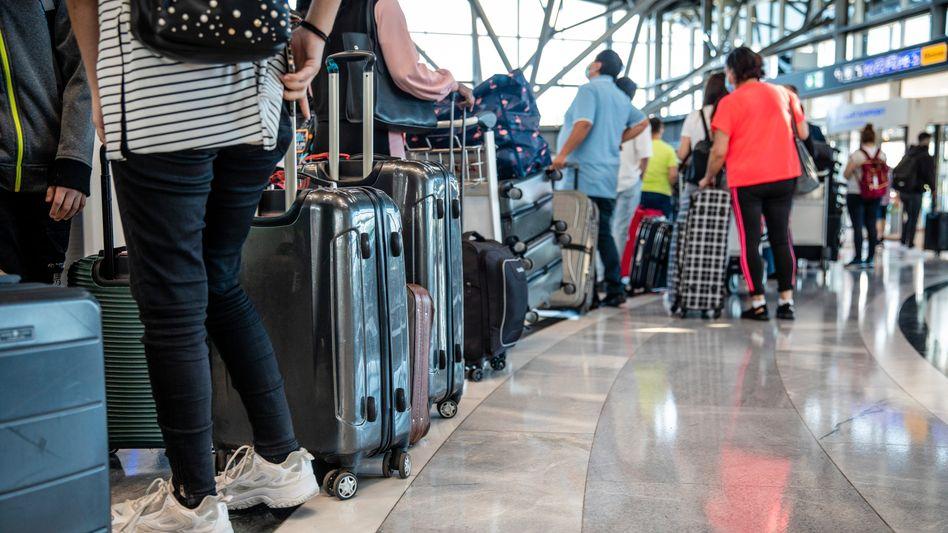 Check-in-Schalter des Stuttgarter Flughafens: Viele Menschen wollen mehr fliegen als vor der Krise