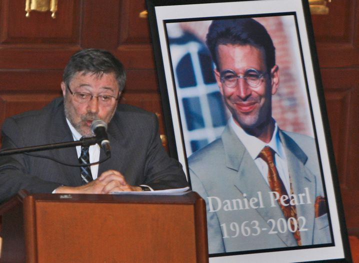 Judea Pearl, Vater des getöteten Daniel Pearl, neben einem Foto seines Sohns im Jahr 2007