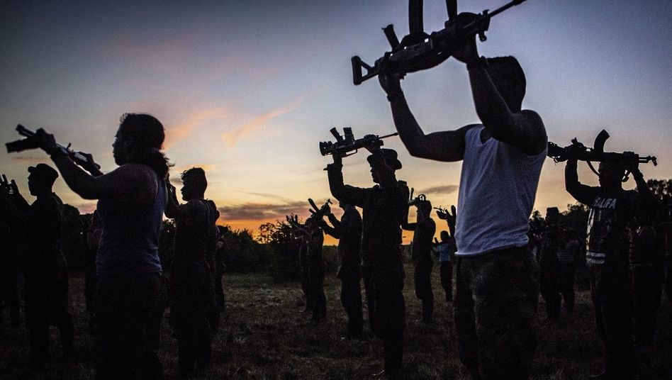 Farc-Kämpfer bei El Diamante Hilfe von den Opfern