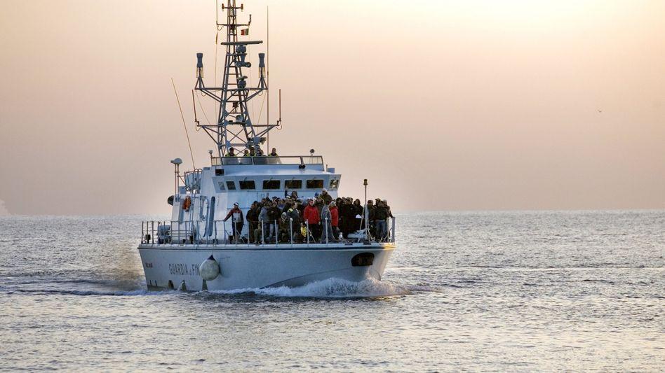 Italienisches Schiff mit Flüchtlingen an Bord (Archiv): EU plant bessere Zusammenarbeit