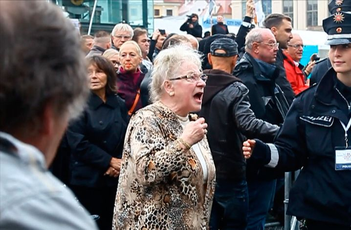 Wütende Bürgerin am Tag der Deutschen Einheit
