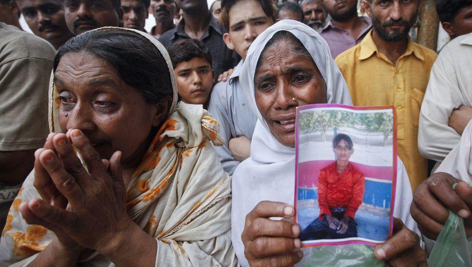 Angehörige nach der Brandkatastrophe: 255 Menschen kamen ums Leben