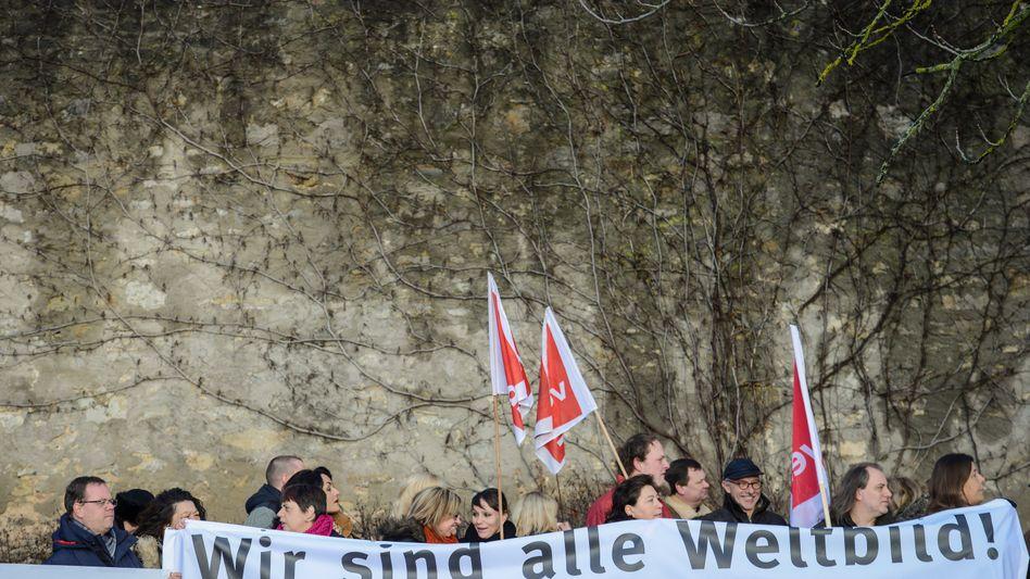 """Demo von Verlagsmitarbeitern am Montag in Würzburg: """"Wir sind alle Weltbild!"""""""