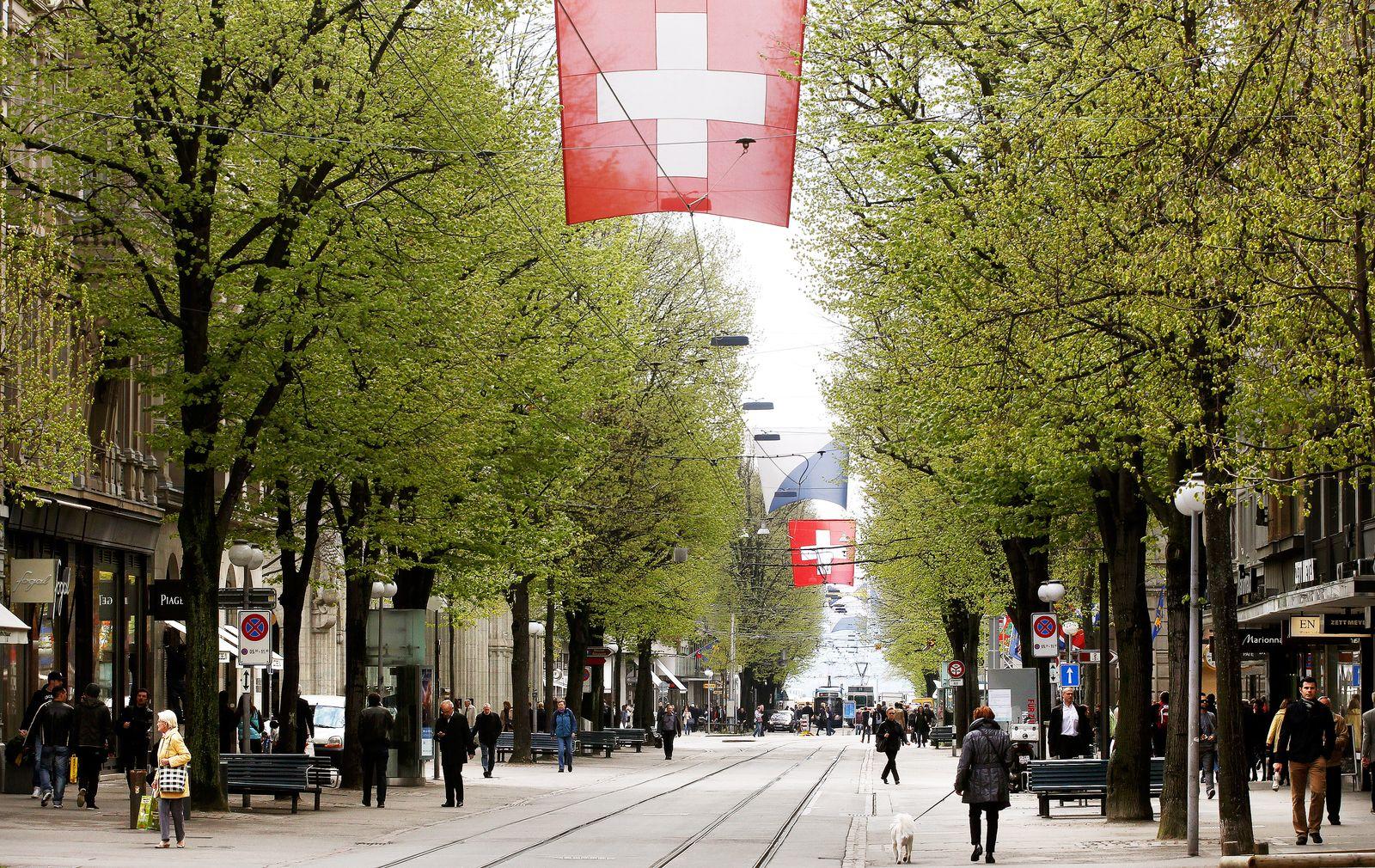 Schweiz / Fahne Flagge / Reich / Zürich / Passanten