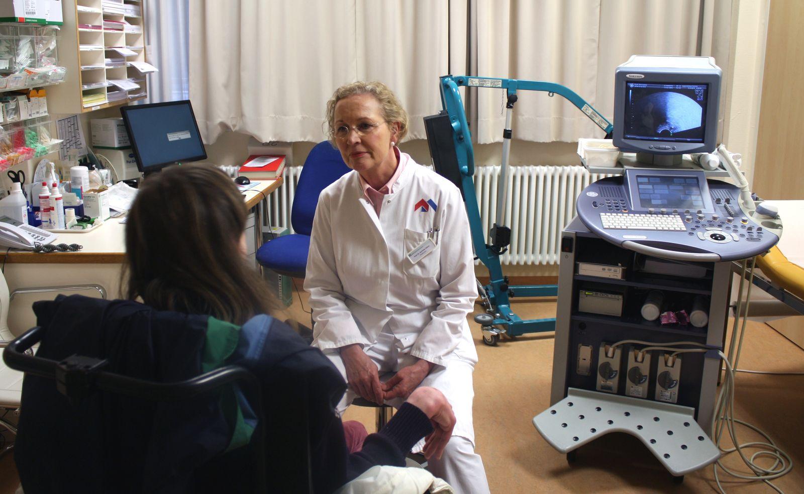 EINMALIGE VERWENDUNG Debus mit Patientin