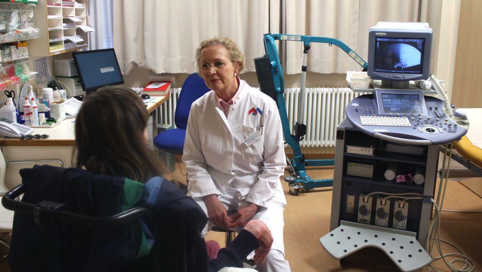 Frauenärztin Gerlinde Debus: 200 behinderte Patientinnen untersucht die Professorin im Jahr