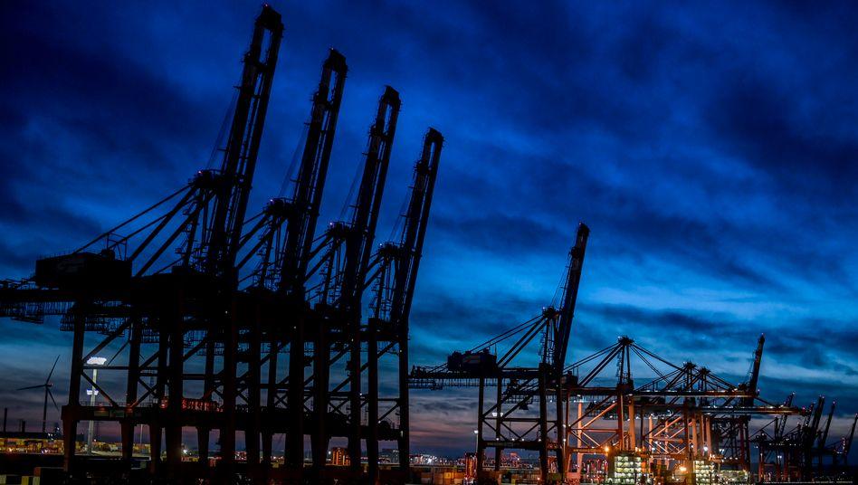 Finstere Aussichten für den Welthandel? Containerschiffe liegen an den Terminals im Hamburger Hafen