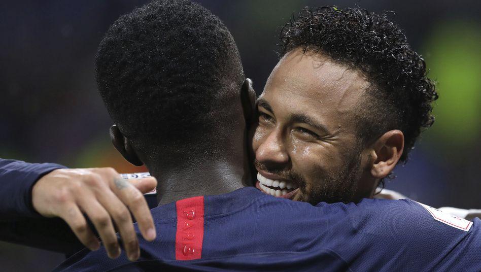 Idrissa Gueye von Paris Saint-Germain herzt Neymar nach dessen Siegtreffer