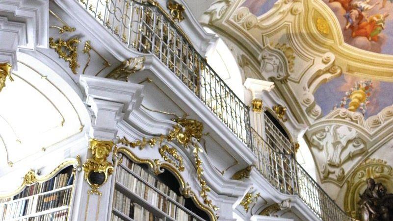 Handschriftenexperte Haltrich in der Admonter Stiftsbibliothek: »Culix«, die Mücke, heißt hier »fogal«