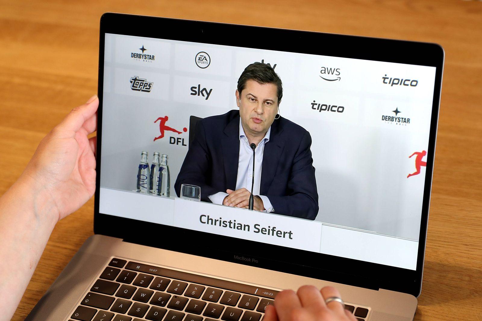 Fußball - DFL Pressekonferenz am 23.04.2020 Ein Laptop mit dem Logo der DFL Deutsche Fußball Liga GmbH und den Livestre