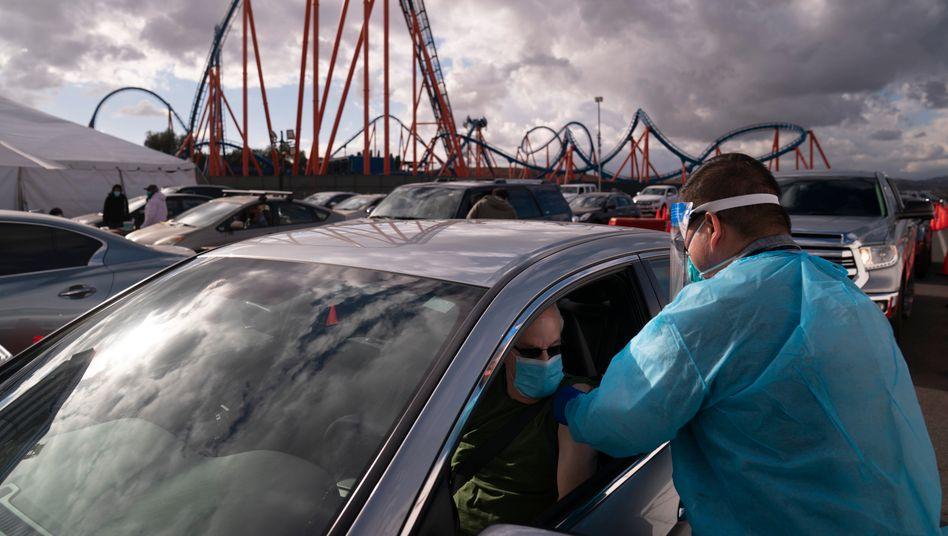 In Kalifornien haben die Behörden auf dem Parkplatz eines Vergnügungsparks eine Impfstelle eingerichtet