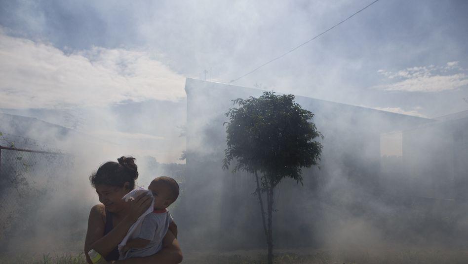 Szene aus Nicaragua: Eine Frau flüchtet vor dem Rauch, der Moskitos töten soll