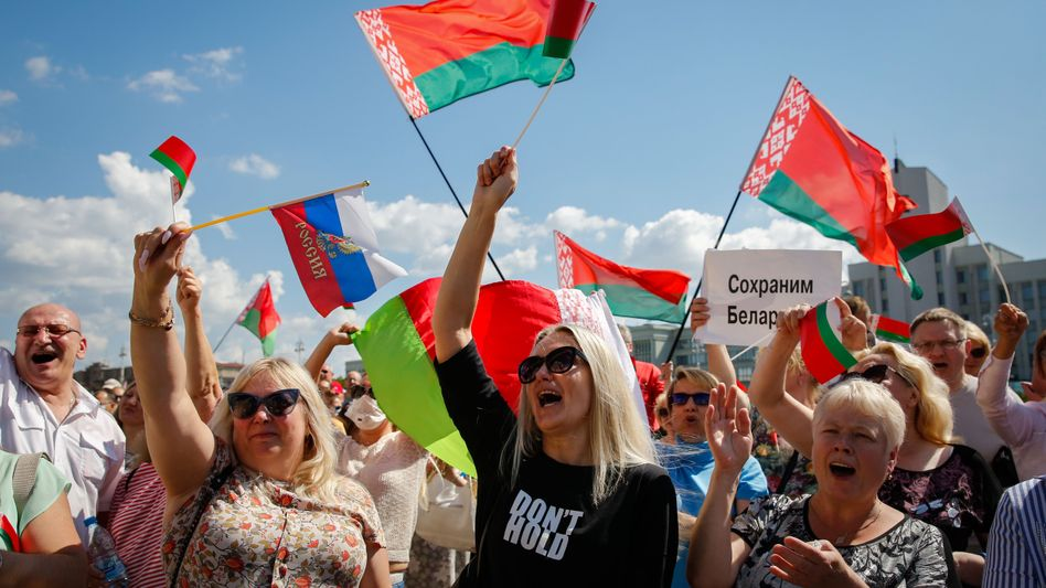 Lukaschenko-Anhänger in Minsk: Die Plakate sind vorgefertigt; statt den weiß-rot-weißen Fahnen der Opposition weht die rot-grüne offizielle Nationalfahne