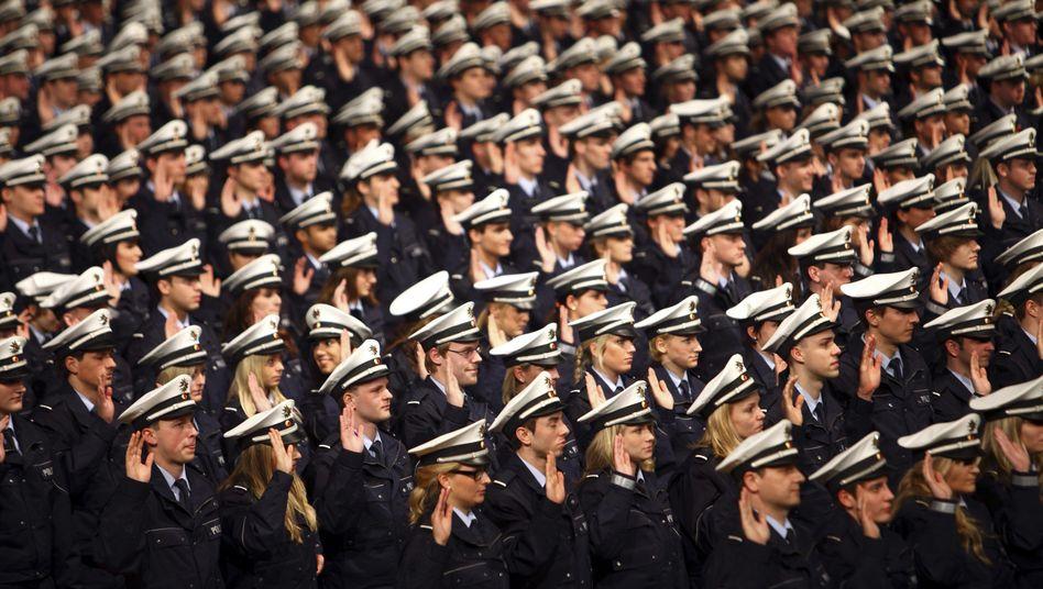 Vereidigung von Kommissaranwärterinnen und -anwärtern bei der Polizei in NRW (Archivbild)