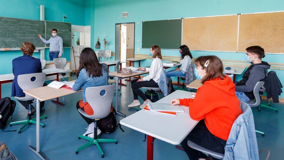 Unterricht in Kleingruppen: Lehrpersonal und Klassenräume lassen sich für Unterricht in geteilten oder gedrittelten Klassen nicht einfach verdoppeln oder verdreifachen
