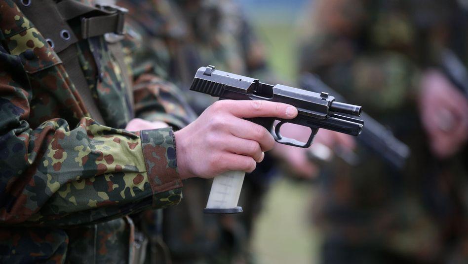 Bundeswehrsoldat mit P8-Pistole (Archiv)