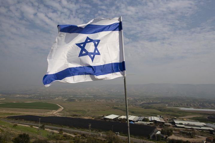 Israelische Flagge auf einem Haus in einer Siedlung im Westjordanland