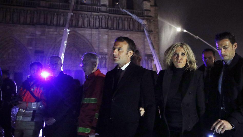 Emmanuel Macron und seine Frau Brigitte vor der Kathedrale