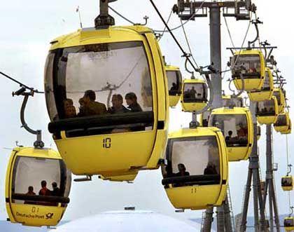 Und selbst Hannover befördert Expo-Besucher in fliegenden Kabinen