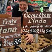 Der freundliche Mann vom Markt: Schnäppchen hin oder her, viele Kunden vermissen beim Web-Einkauf persönliche Kontakte. Das kann man - zumindest gefühlt - ändern