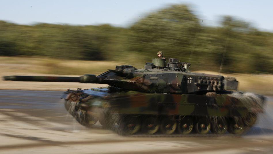 """Ein """"Leopard 2""""-Panzer bei einer Militärübung: Geschäfte mit Griechenland"""