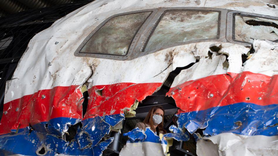 Begutachtung im Wrack der MH17