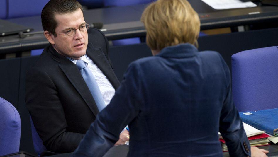 Verteidigungsminister Guttenberg, Kanzlerin Merkel: Belastung für die Union