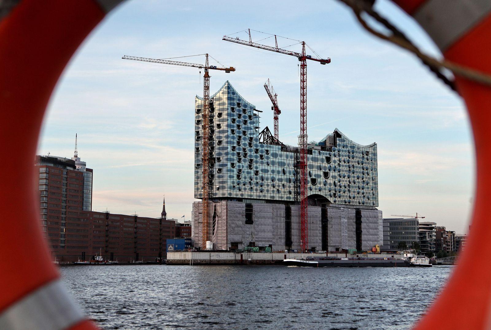 EINMALIGE VERWENDUNG Showtime auf der Baustelle: Die HafenCity lockt Touristen an
