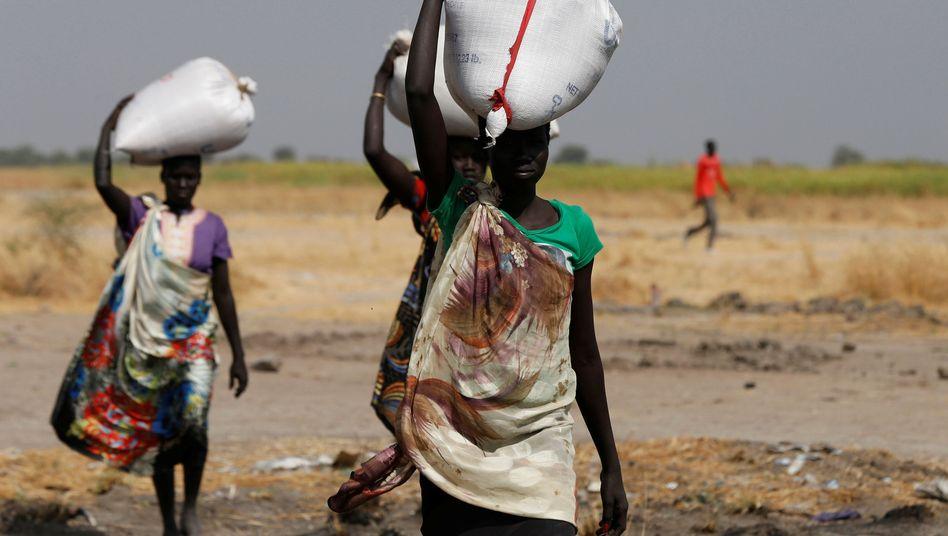 Frauen tragen Nahrungsmittel im Südsudan