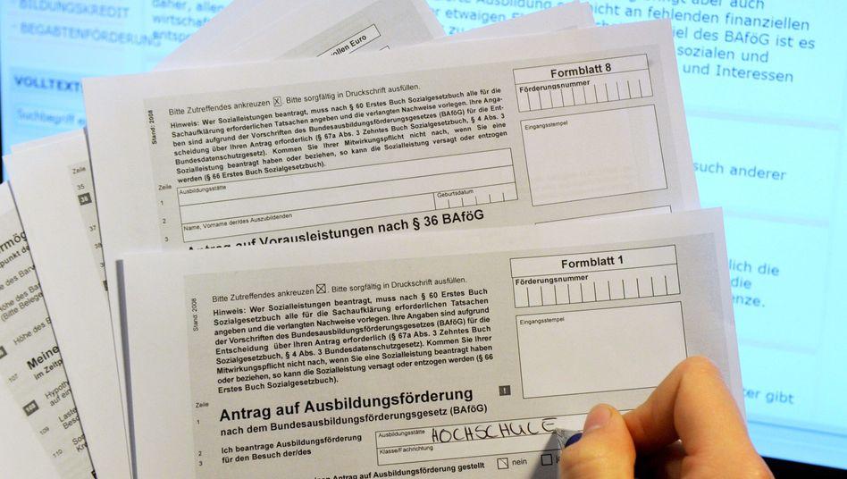 Eine Frau füllt in Hamburg einen Antrag auf Ausbildungsförderung (Bafög) aus