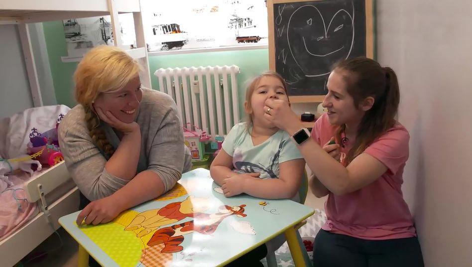 Hundetrainerin Aurea Verebes in der Sendung »Train Your Baby Like a Dog« mit Ayla und ihrer Mutter: Zur Belohnung gibt es Himbeeren statt Leberwurst aus der Tube