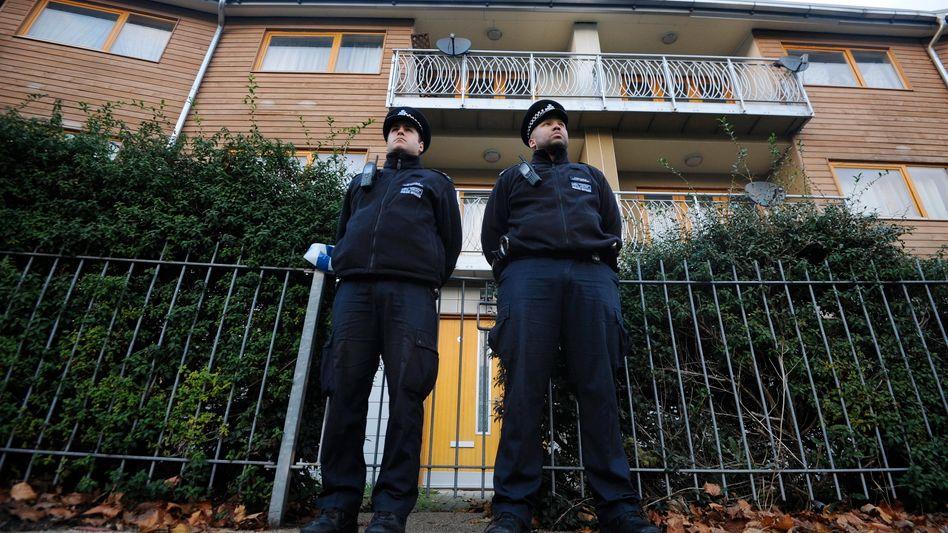 Wache vor Wohnblock in Brixton: Verbindungen zu 13 Adressen