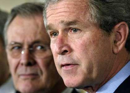 Präsident Bush und Verteidigungsminister Rumsfeld: Extra-Maßnahmen werden vom Chef abgezeichnet