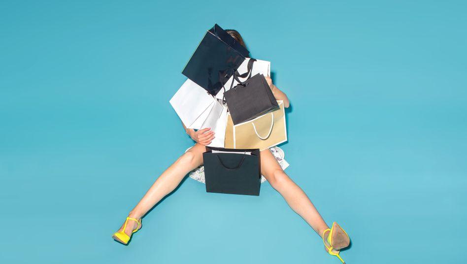 Frau mit Einkaufstüten: Was sonst tun mit all den Stunden?