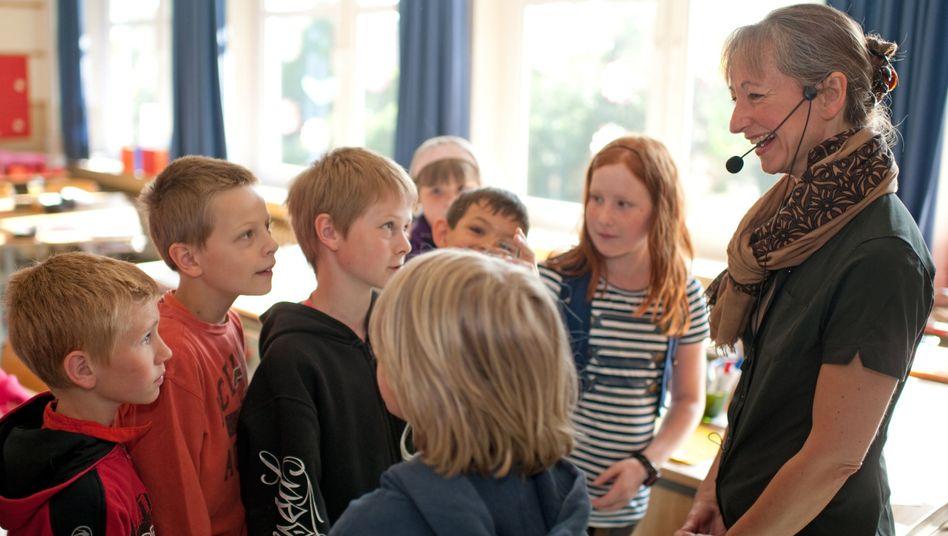 Lehrerin Wernsing mit Schülern: Microphone check, one, two
