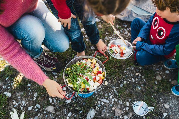 Draußen kochen: eine Familienangelegenheit