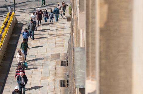 Menschen stehen in Dresden Schlange für Schutzmasken