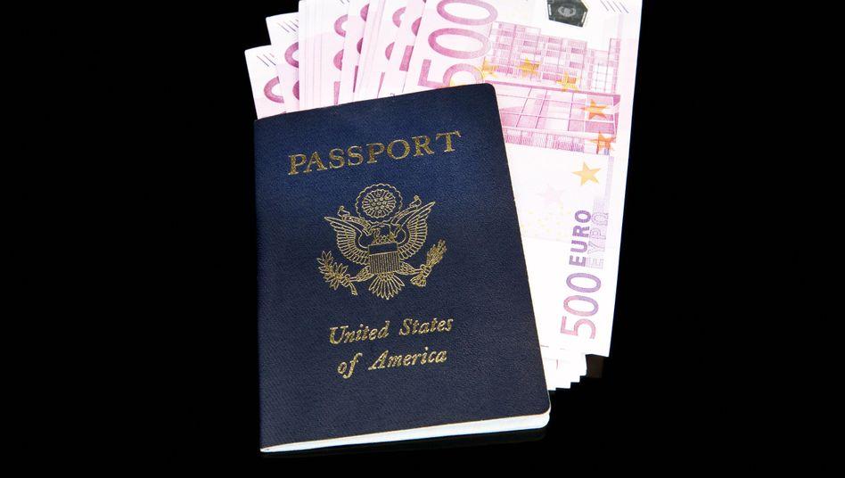 US-Pass und Euro-Noten (Symbolbild)