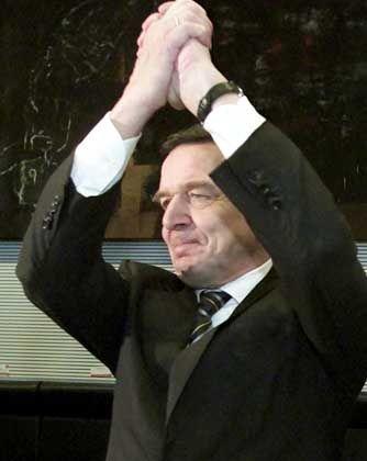 Sichtlich erleichtert: Gerhard Schröder nach der Abstimmung