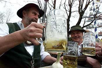 Biertrinker auf dem Viktualienmarkt in München: Ungesundes Leben fordert seinen Preis