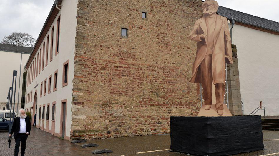 Der hölzerne Schattenriss in Originalgröße der geplanten Karl-Marx-Statue in Trier