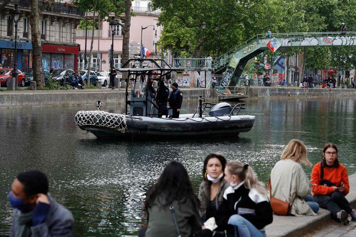Die Jugend am Kanal Saint-Martin feiert fast so, als gäbe es kein Corona mehr.
