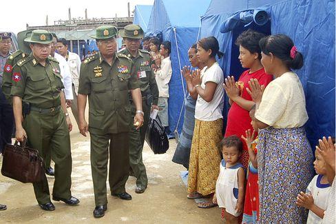 Burmas General Than Shwe bei Opfern der Flutkatastrophe: Die Junta schafft sich ihren eigenen Kosmos