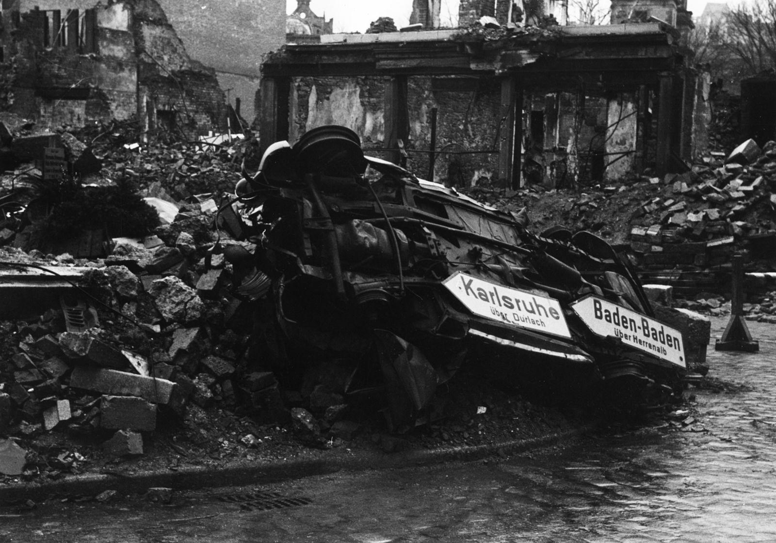 Pforzheim Bombardierung - Wegweiser an einem Autowrack in Pforzheim