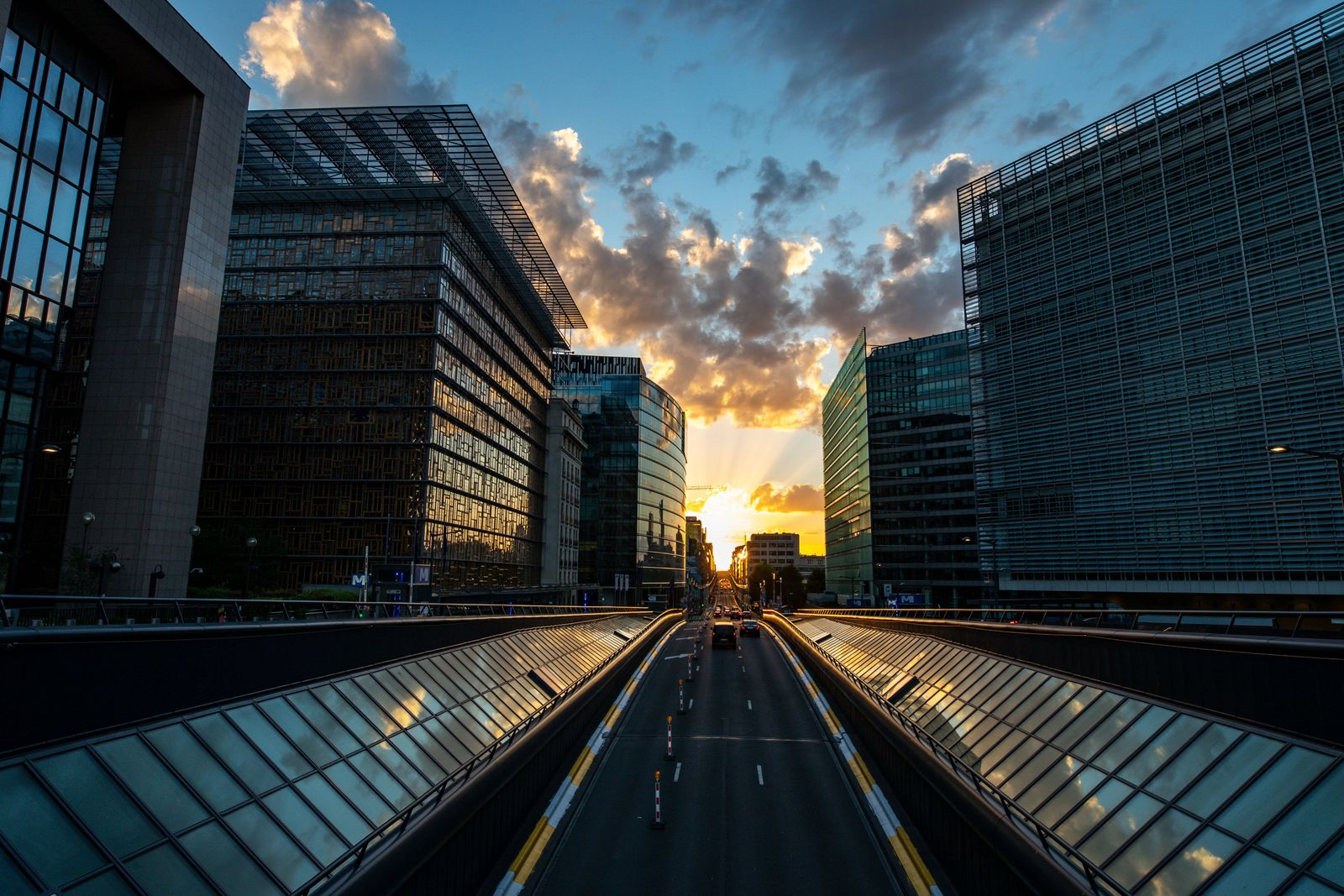(200822) -- BRUSSELS, Aug. 22, 2020 -- The sunset is seen over Rue de la Loi in Brussels, Belgium, on Aug. 21, 2020. )